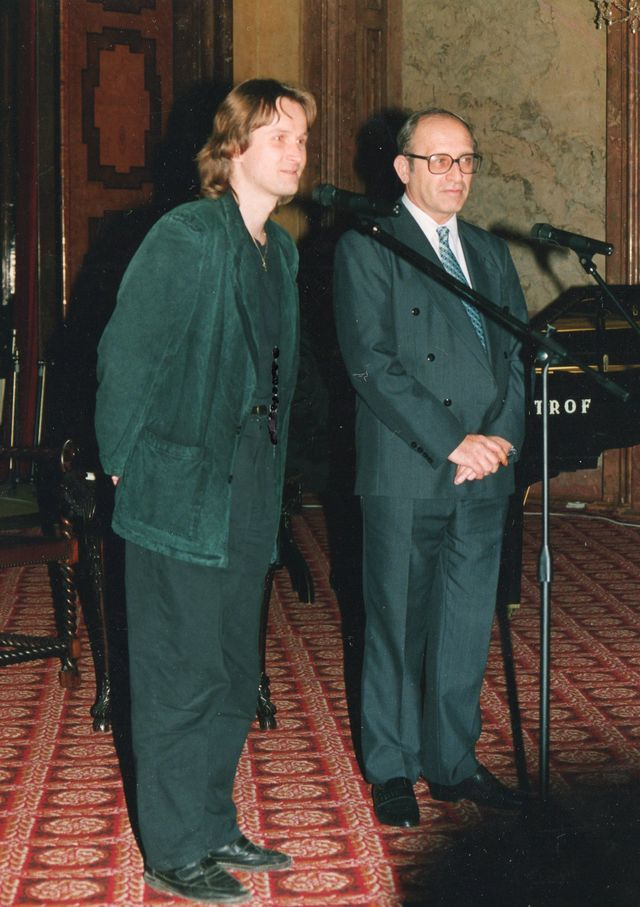 01-1993-s-Janem-Straskym-krest-knihy-Prezident-na-pul-uvazku.jpg