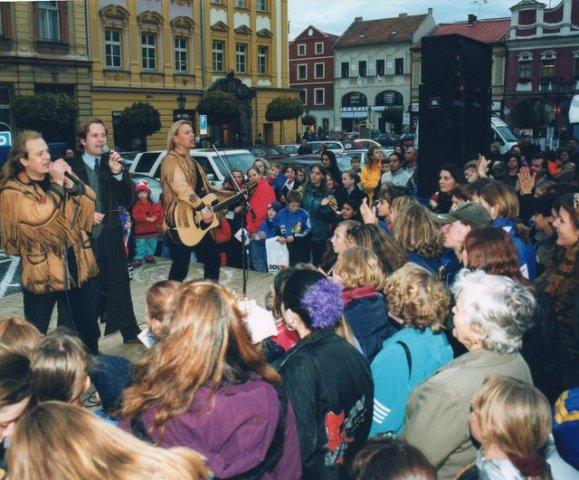 phoca_thumb_l_09-2000-s-Damiens-v-Chrudimi-volby-do-Senatu.jpg