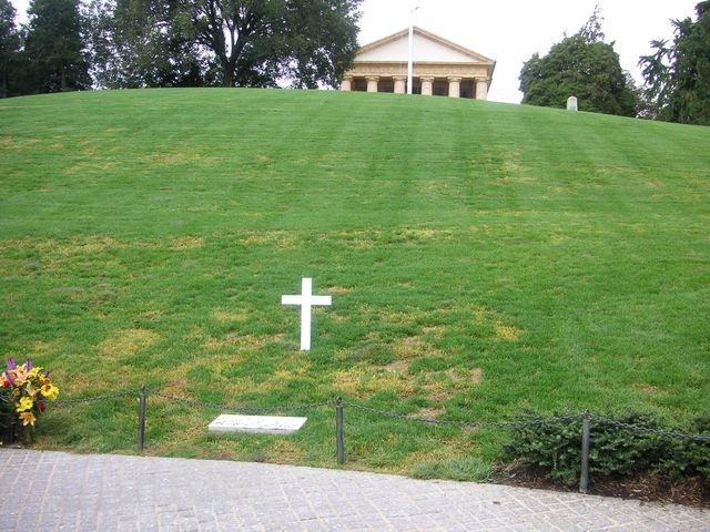 17-2005-Arlington-hrob-RFK.JPG