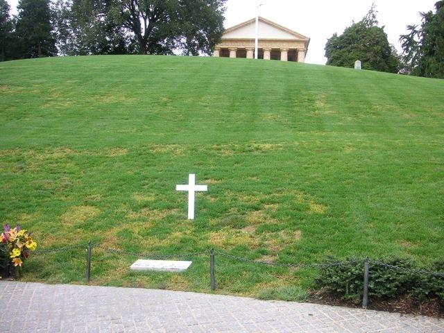 phoca_thumb_l_17-2005-Arlington-hrob-RFK.JPG